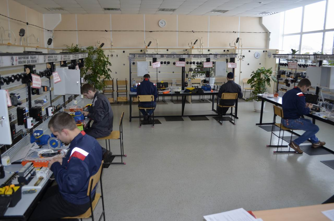 Электромонтажная мастерская В электромонтажной мастерской студенты отрабатывают учебную практику в соответствии с ФГОС